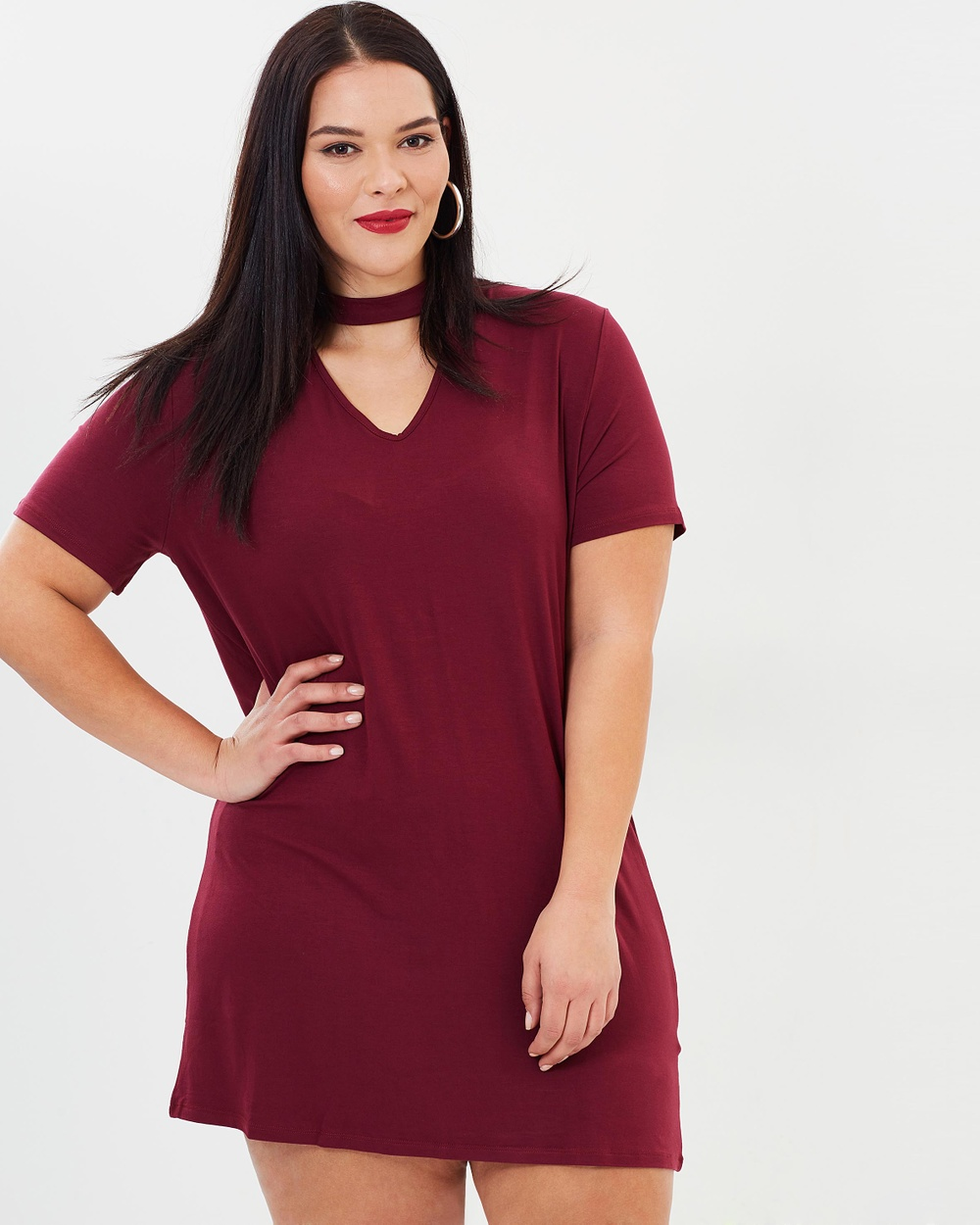 Photo of Missguided Curve Missguided Curve Choker Neck T Shirt Dress Tops Burgundy Choker Neck T-Shirt Dress - Bold and straight-talking, UK fashion brand Missguided Curve look to global street style and popular culture to deliver a confident collection of day and evening dresses, streetwear-inspired separates and slogan tees for millennial women in a range of sizes. The Choker Neck T-Shirt Dress has been crafted from a smooth stretch jersey and is rendered in sumptuous burgundy
