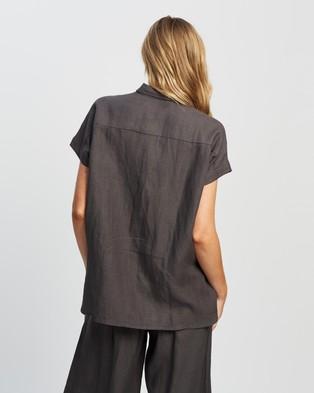 Andrea & Joen Raven Short Sleeve Shirt - Tops (Charcoal)