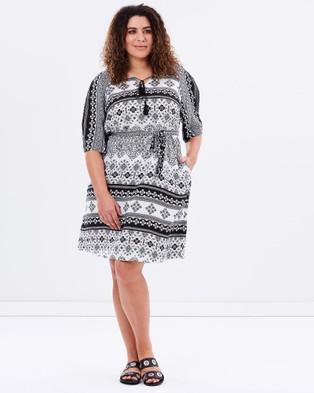 Advocado Plus – Exposed Shoulder Shift Dress – Dresses (Monochrome Flower Print)