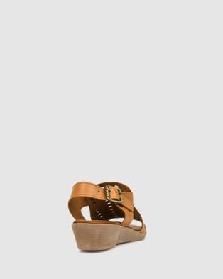 Airflex Aura Leather Wedge Sandals - Sandals (Tan)