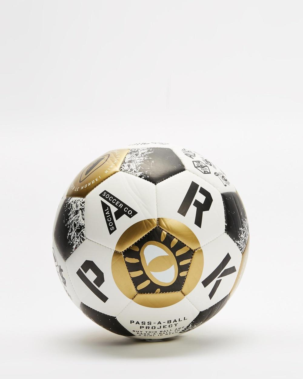 PARK Le Football Féminin Soccer Ball Team Sports Gold
