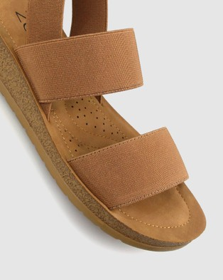 Betts Rise Elastic Low Wedge Sandals - Sandals (Tan)