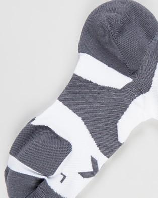 2XU - Vectr Cushion No Show Socks Ankle (White & Grey)