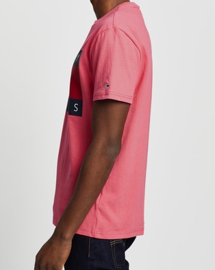 Tommy Jeans Tommy Flag Tee - T-Shirts & Singlets (Light Cerise Pink)
