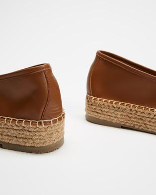 Human Premium Zippy - Flats (Tan)