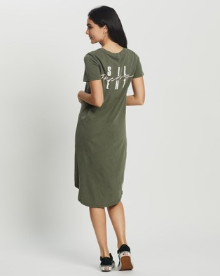 Silent Theory Present Twisted Tee Dress - Printed Dresses (Military )