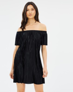 Glamorous – Plisse Off Shoulder Dress Black
