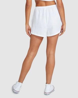 Subtitled Sandy Linen Shorts - Shorts (WHITE)