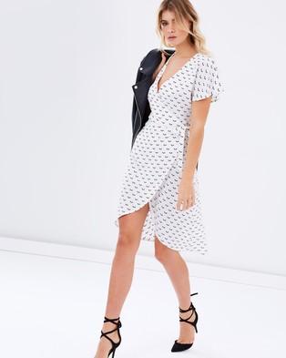 Atmos & Here – Antonia Wrap Dress – Dresses (White Base Arrow Print)