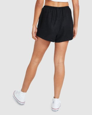 Subtitled Sandy Linen Shorts - Shorts (BLACK)